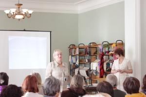 Ievadvārdus saka pasākuma organizatore Astrīda Kinne (Ventspils novada sieviešu biedrība